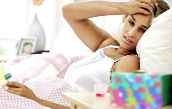 больная девушка на кровати