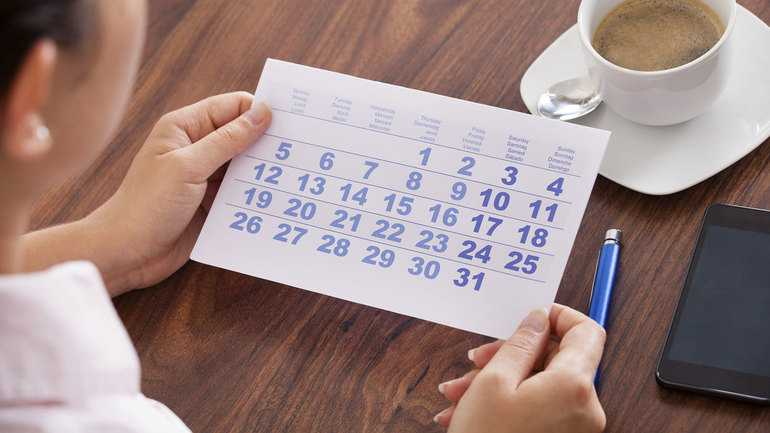Держит календарь