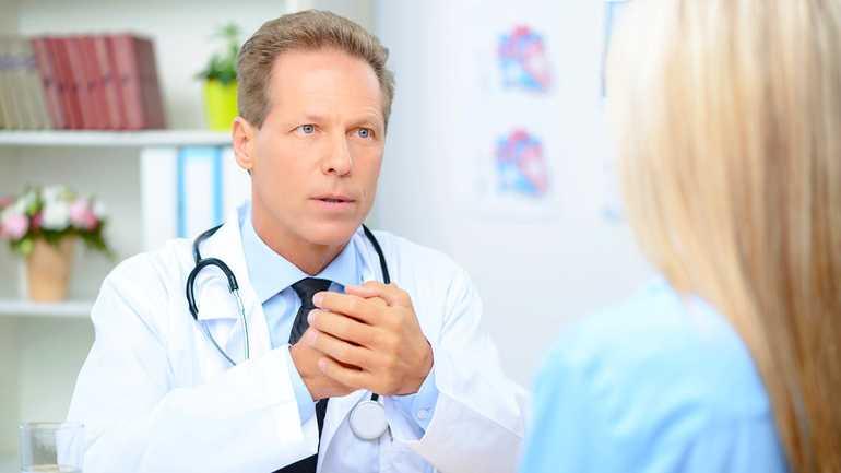 Доктор общается с девушкой