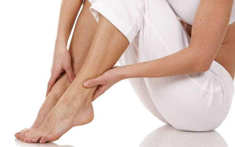 Можно ли парить ноги во время месячных