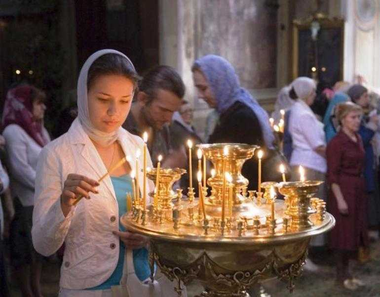 Ставить свечку в церкви