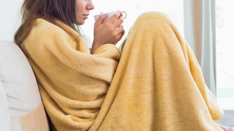 Женщина болеет и пьет чай