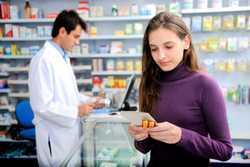 девушка в аптеке с фармацевтом