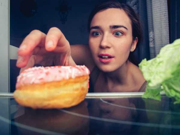 беременная тянется к пончику