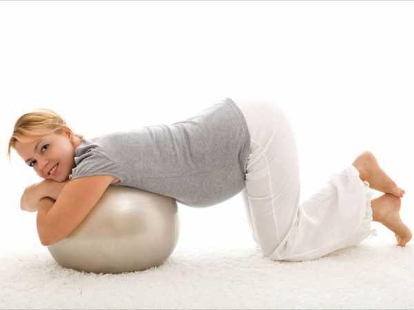 беременная лежит на фитболе