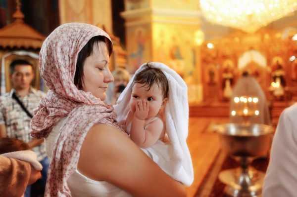 беременная держит младенца на руках