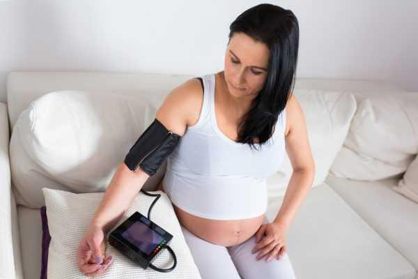 Беременная меряет себе давление