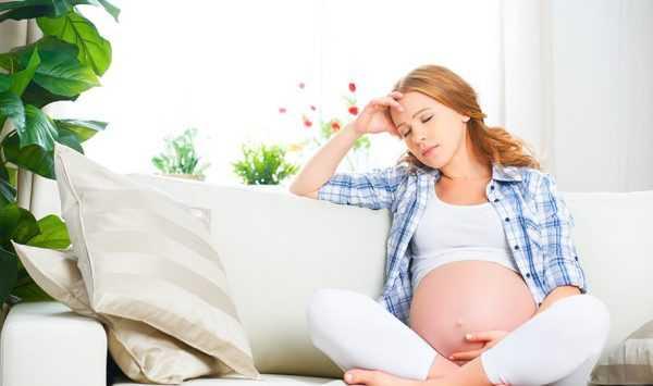 беременная держится за голову