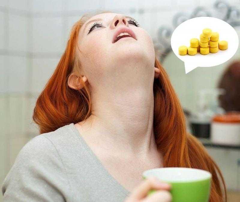 Беременная полощет горло раствором Фурацилина