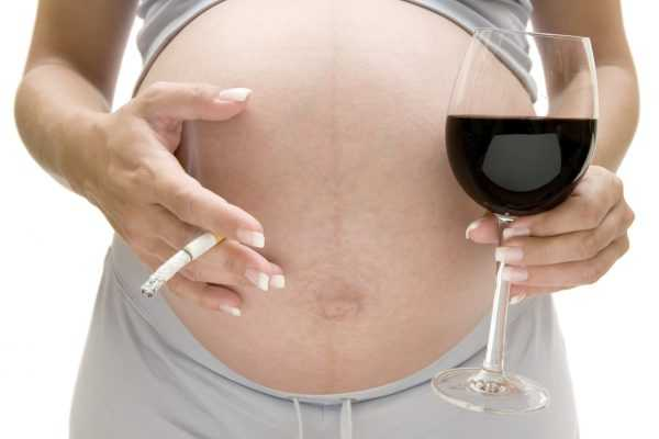 Беременная с сигаретой и бокалом вина