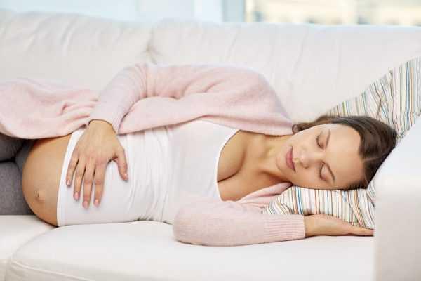 Беременная спит на боку