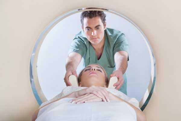 беременная лежит в томографе головой вперёд