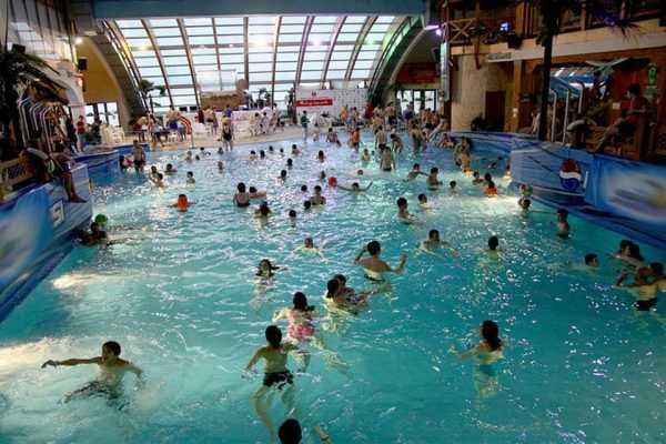 аквапарк с большим количеством людей