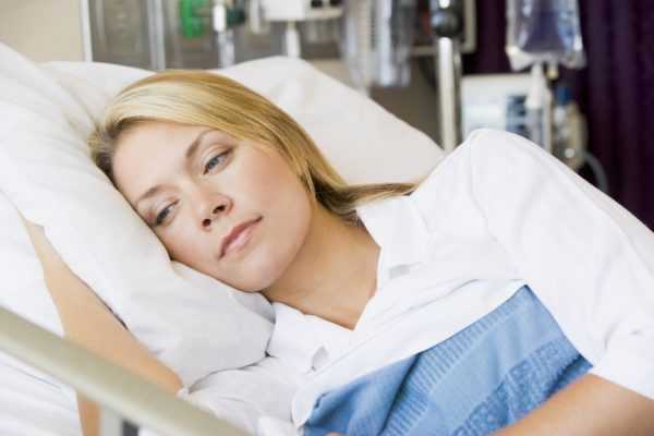 Женщина лежит в больнице на кровати