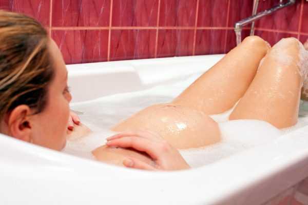 Беременная женщина лежит в ванной