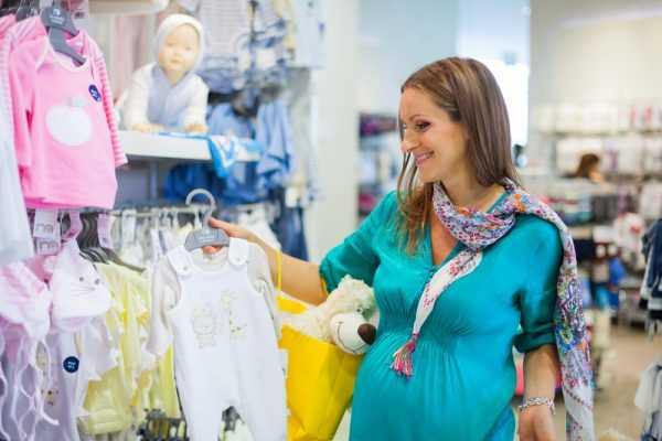 Беременная женщина в детском магазине
