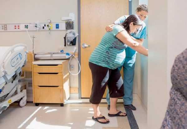Беременная женщина в роддоме