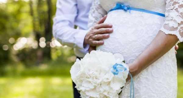 Беременная женщина в свадебном платье