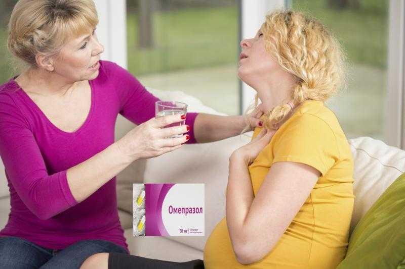 Беременной пытаются оказать помощь во время приступа изжоги