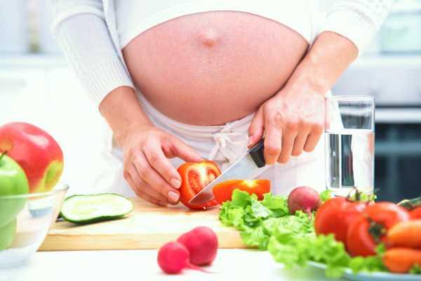 Будущая мама режет овощи