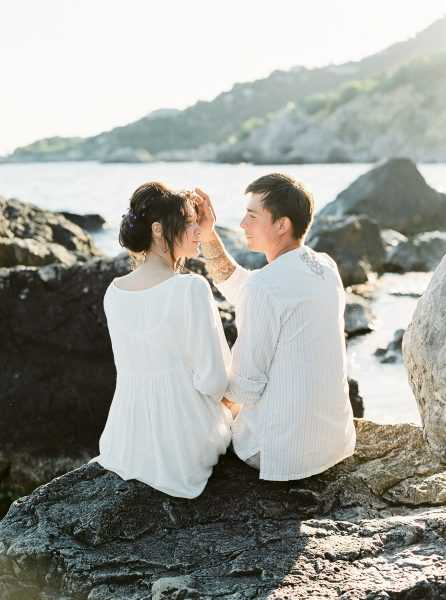 Будущая мама с супругом на берегу моря