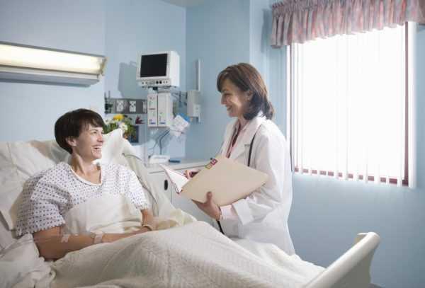 Будущая мама в палате беседует с врачом