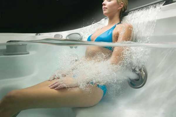 Девушка принимает ванну с функцией гидромассажа