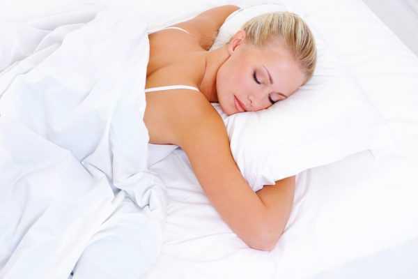 Девушка спит, лёжа на животе