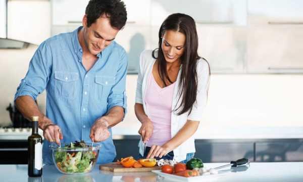 Будущие родители готовят салат