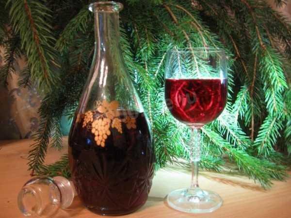 домашнее вино в графине и бокал вина рядом
