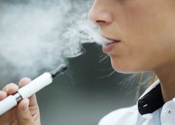 дымящаяся электронная сигарета