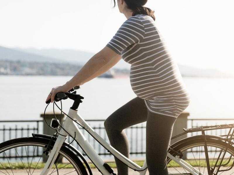 Если состояние здоровья будущей мамы позволяет совершать велопрогулки, они принесут ей массу пользы