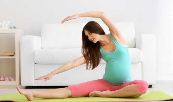 Фотография беременной женщины, занимающейся ЛФК