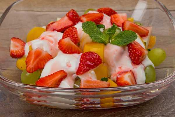 фруктовый салат с клубникой в тарелке