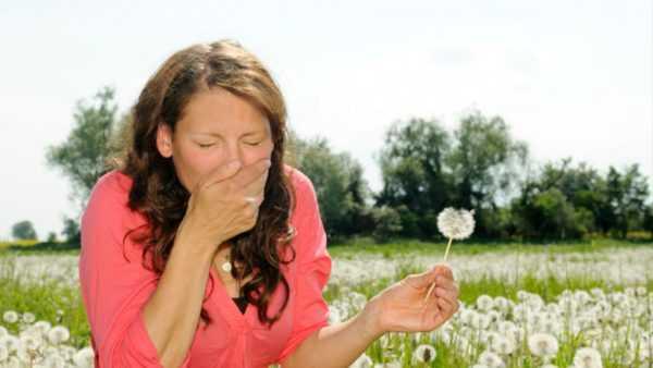 Женщина кашляет от воздействия пыльцы растений