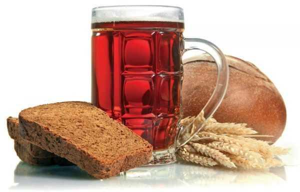 Квас в бокале, хлебные колосья и чёрный хлеб