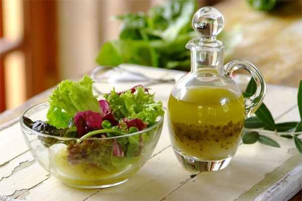 зелень в миске, рядом графин с лимонным соком
