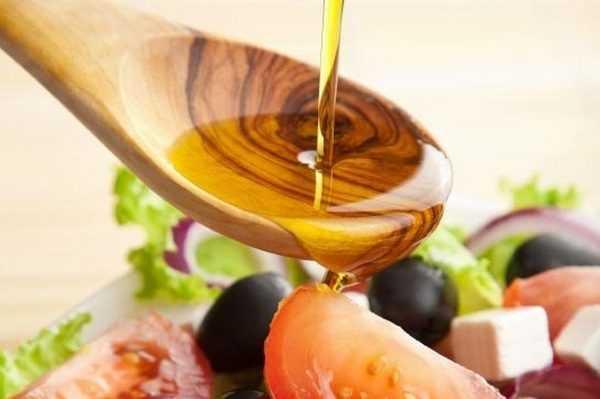 Льняное масло на ложке