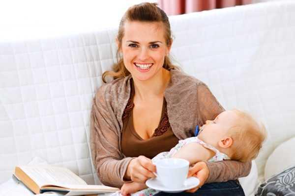 Мама с грудным ребёнком держит в руках кружку с блюдцем