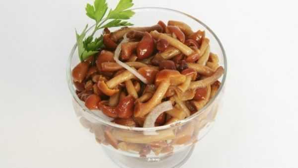 маринованные грибы в вазочке