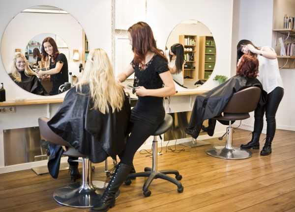 Мастера и клиентки в парикмахерской