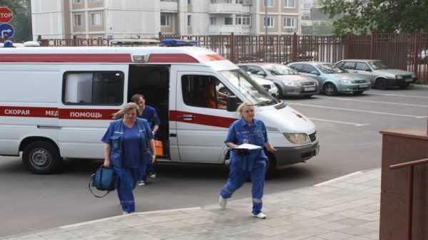 Медработники выходят из машины скорой помощи