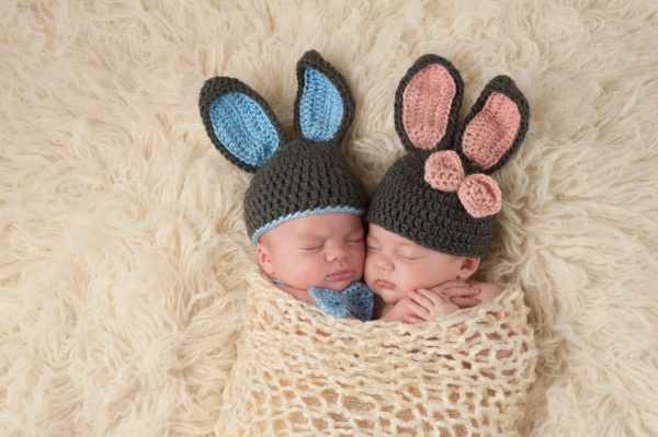 Младенцы-двойняшки в шапочках