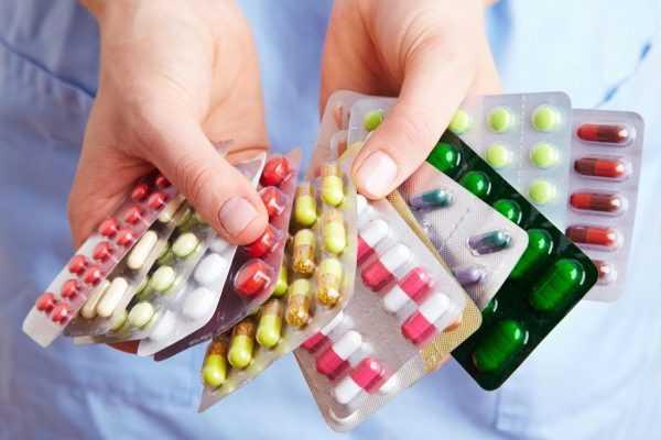 Много лекарств в руках