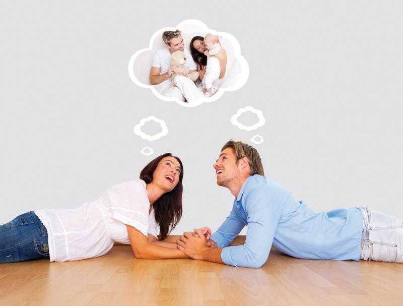 Мужчина и женщина лежат на полу и думают о детях
