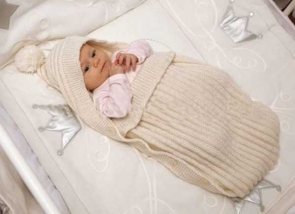 новорождённый в вязаном конверте