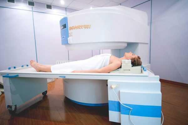 женщина лежит в открытом томографе