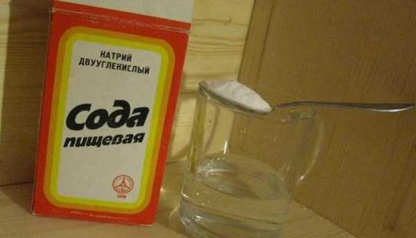 Пищевая сода и стакан с водой