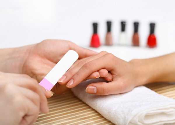 Подпиливание ногтей во время маникюра