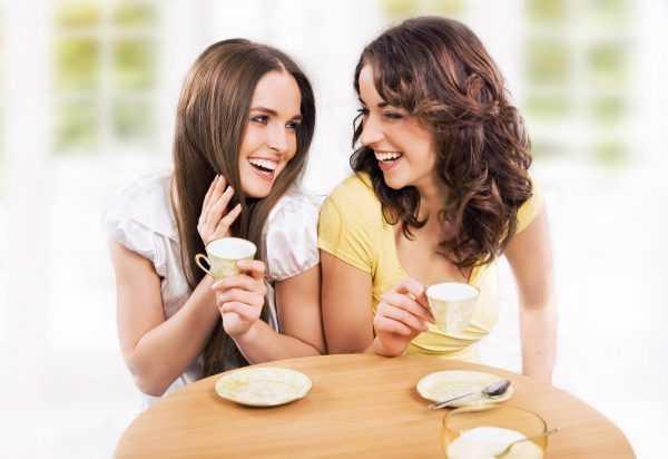 Подруги пьют кофе